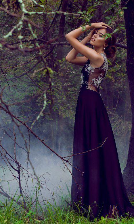 Vestido de  noche,  de creppe Lacroix, encaje negro y plata.